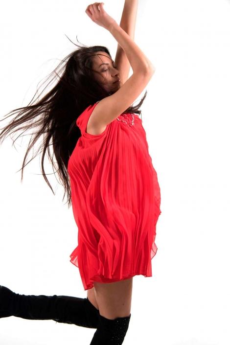 fotografia di moda e fashion, ragazza vestito rosso balla