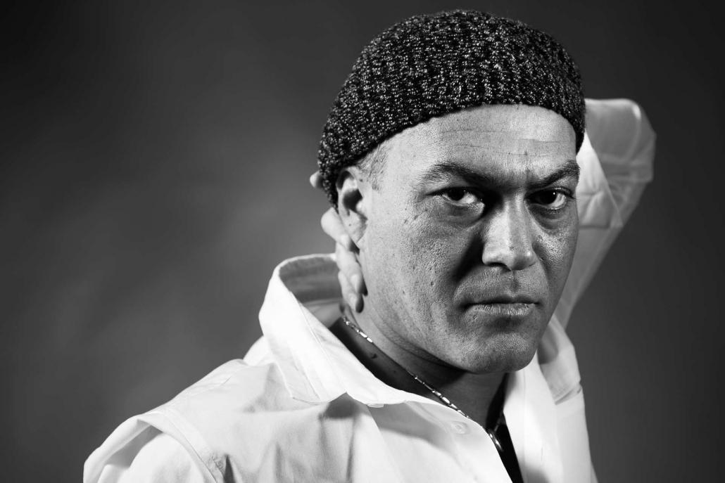 ritratto fotografico, uomo con cappello di lana