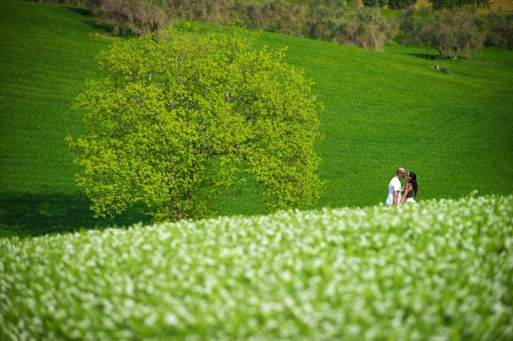 ritratto fotografico, bacio sull'erba