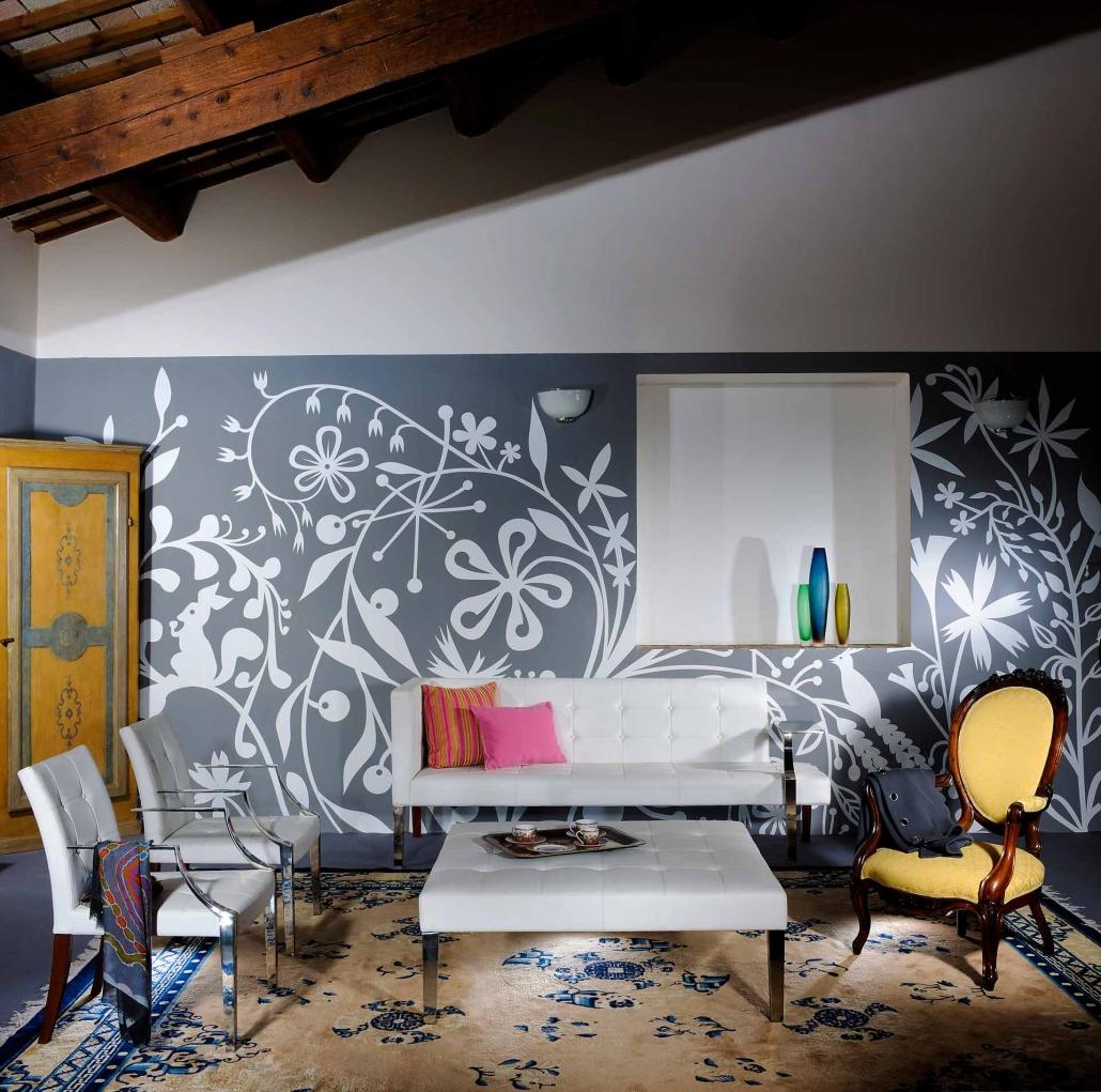fotografia d'interni e servizio fotografico d'interni, salotto con parete floreale