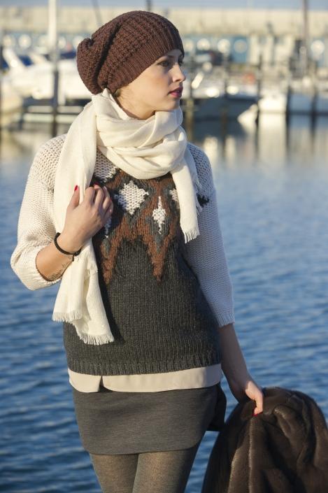 fotografia di moda e fashion, ragazza maglione marrone e cappello lana