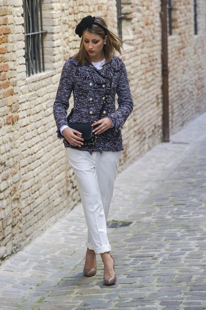 fotografia di moda e fashion, ragazza bionda cappotto grigio