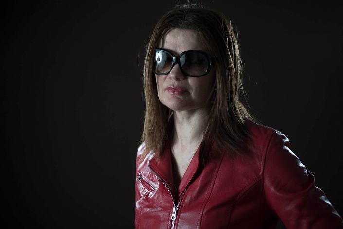 ritratto fotografico, donna con giacca di pelle rossa
