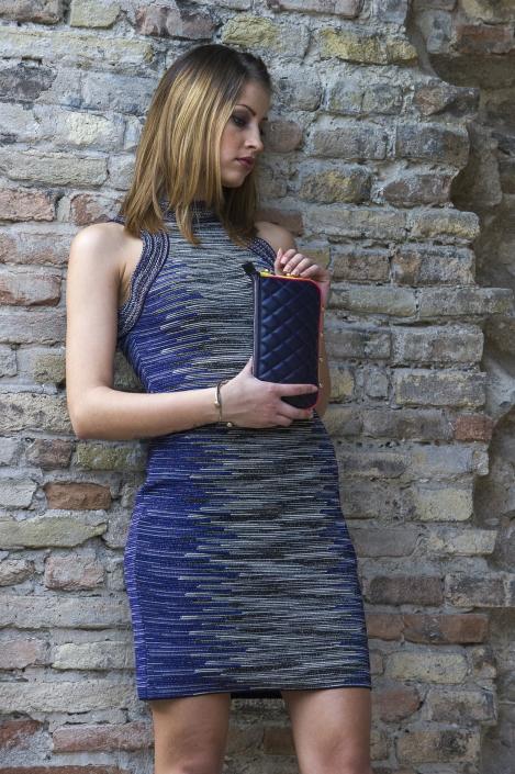 fotografia di moda e fashion, ragazza bionda con tubino blu
