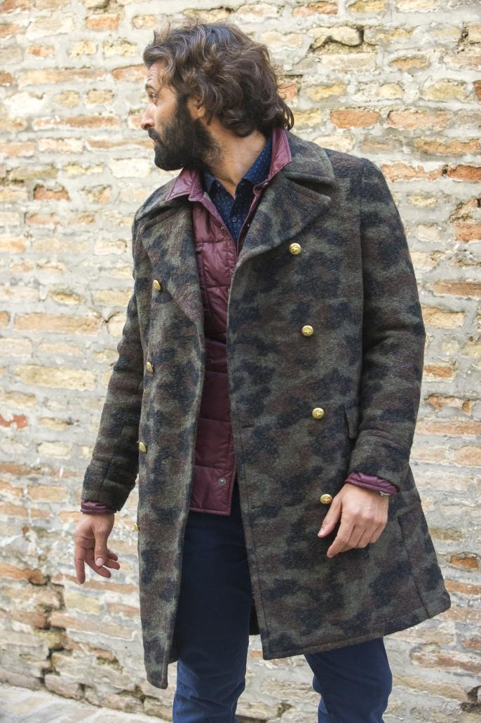 fotografia di moda e fashion, uomo con cappotto mimetico