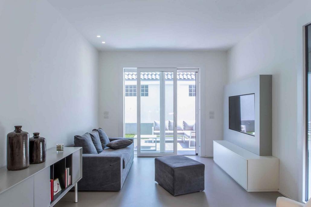 fotografia d'interni e servizio fotografico d'interni, salotto bianco con divano antracite