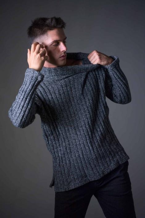 fotografia di moda e fashion, ragazzo maglione grigio