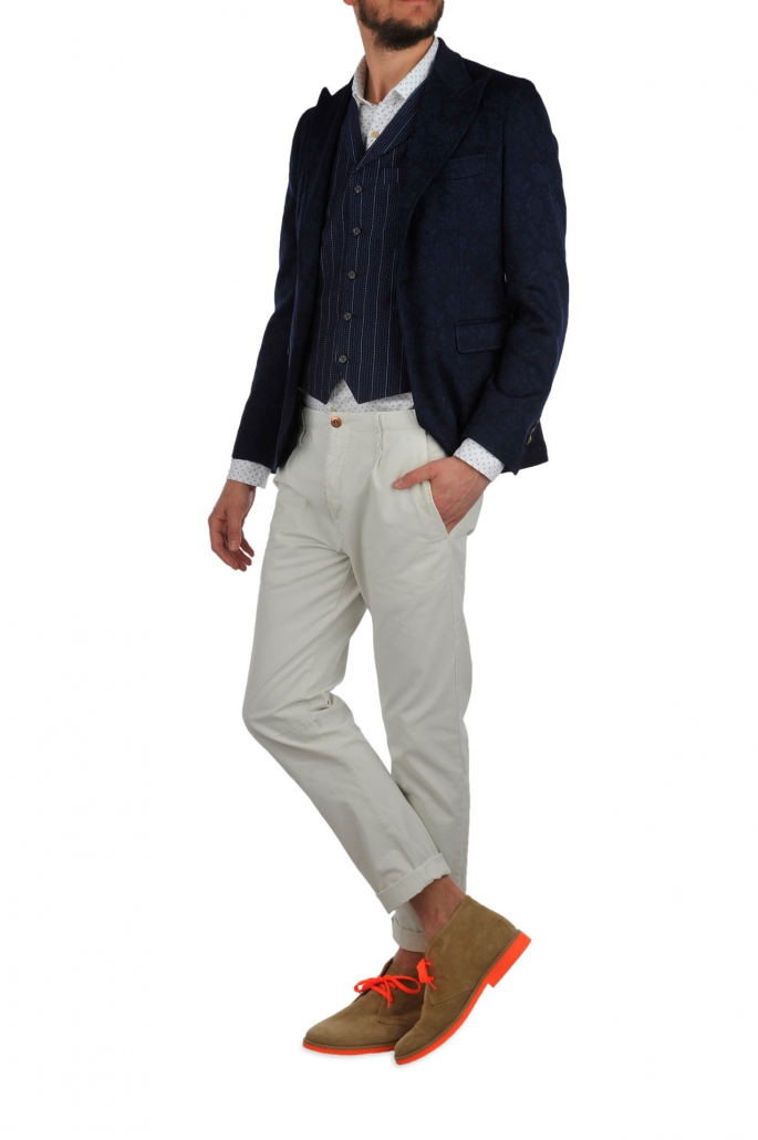 fotografia per e-commerce, uomo giacca scura pantalone bianco
