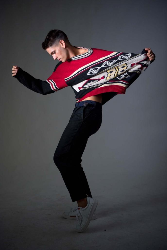 fotografia di moda e fashion, ragazzo con maglione rosso