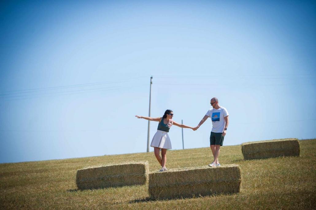ritratto fotografico, fidanzati sulle balle di fieno