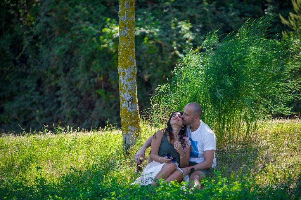 ritratto fotografico, fidanzati che si baciano nel prato