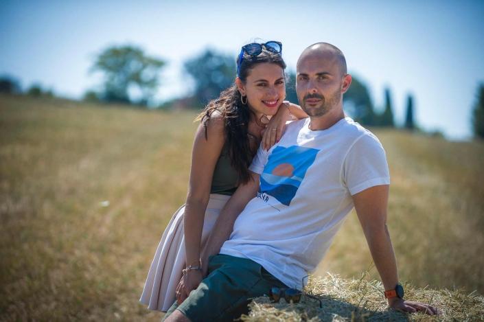 ritratto fotografico, coppia sul fieno