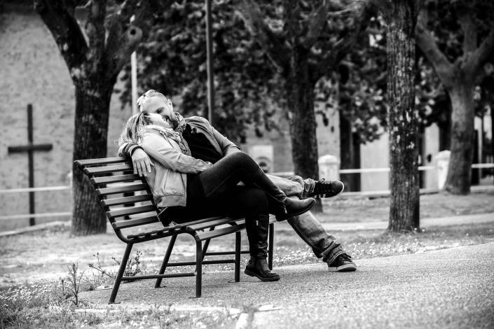 ritratto fotografico, coppia sulla panchina
