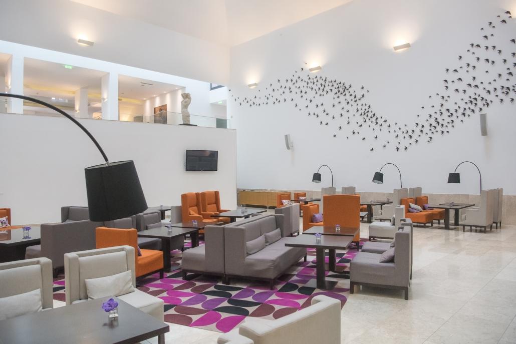 fotografia d'interni e servizio fotografico d'interni, sala di accoglienza grigio e arancione