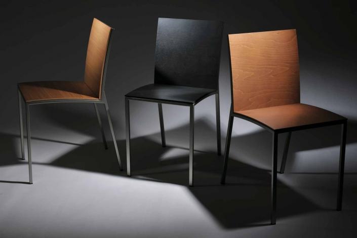 fotografia still life, sedie legno marrone e nero