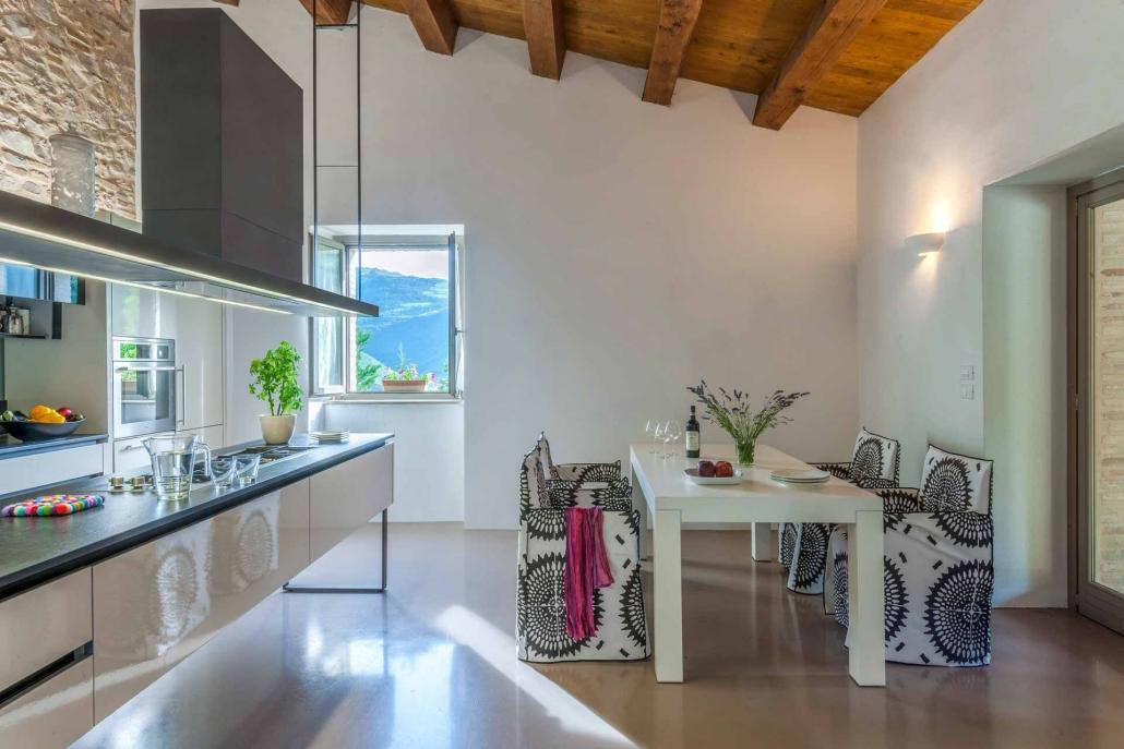 fotografia d'interni e servizio fotografico d'interni, cucina sottotetto
