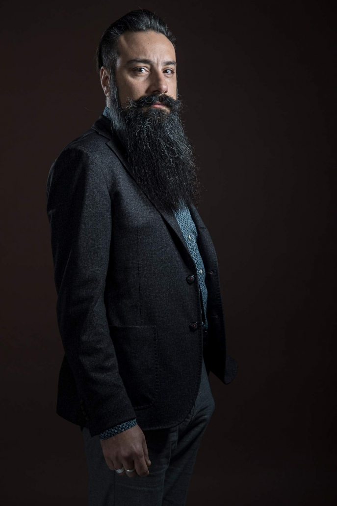 ritratto fotografico, uomo con barba lunga nera
