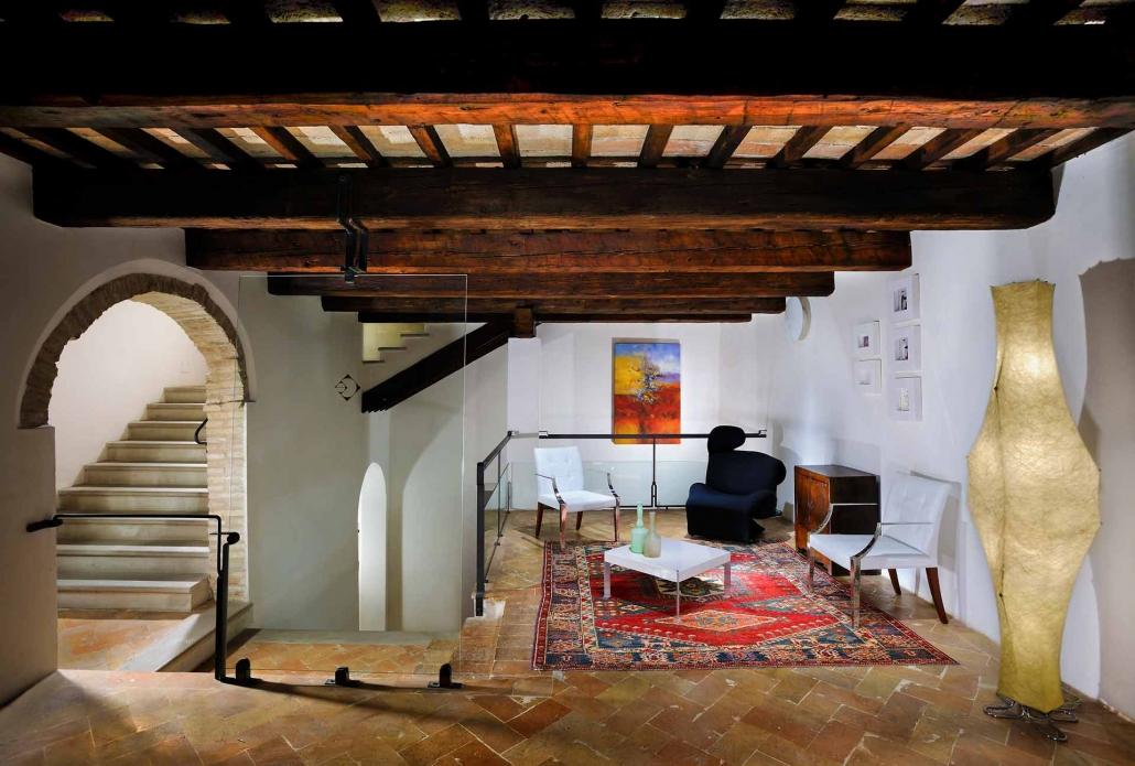 fotografia d'interni e servizio fotografico d'interni, salotto design travi a vista