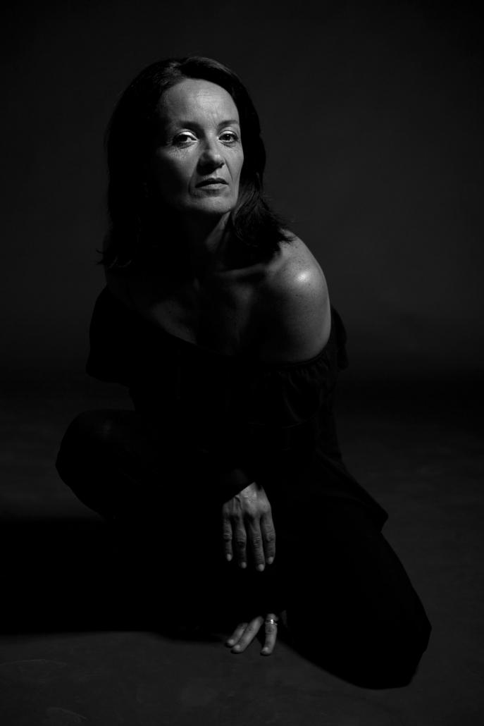ritratto fotografico, foto donna seduta a terra