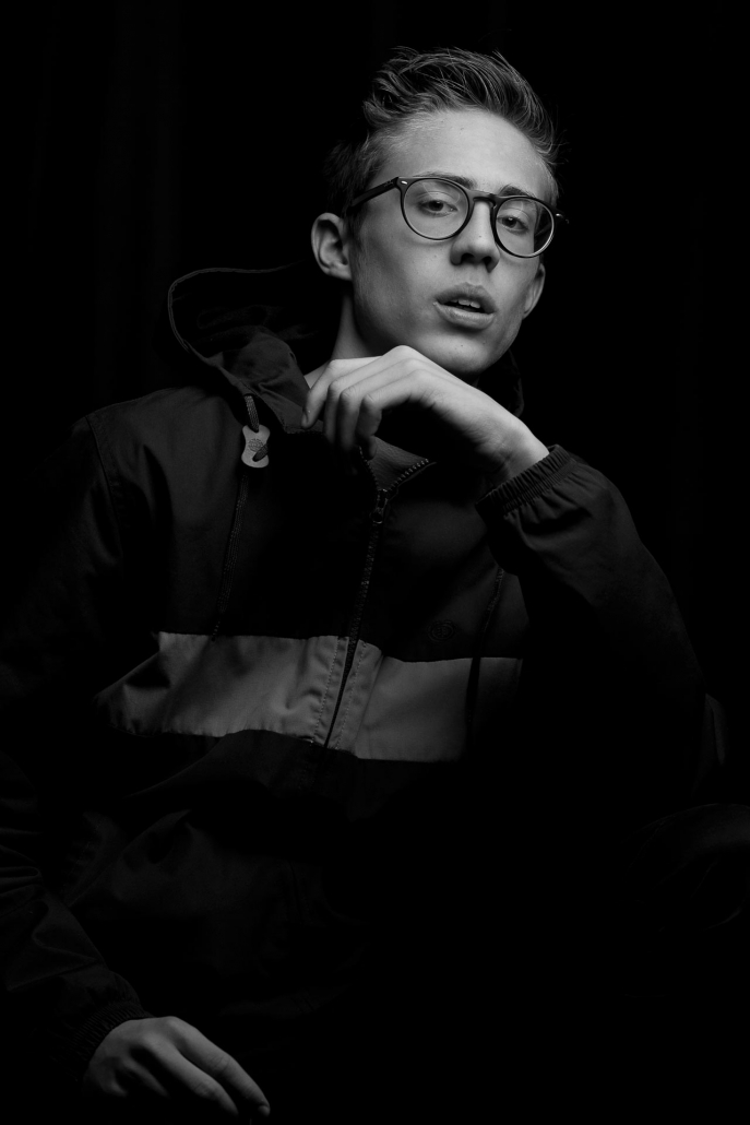 ritratto fotografico, ritratto ragazzo con occhiali