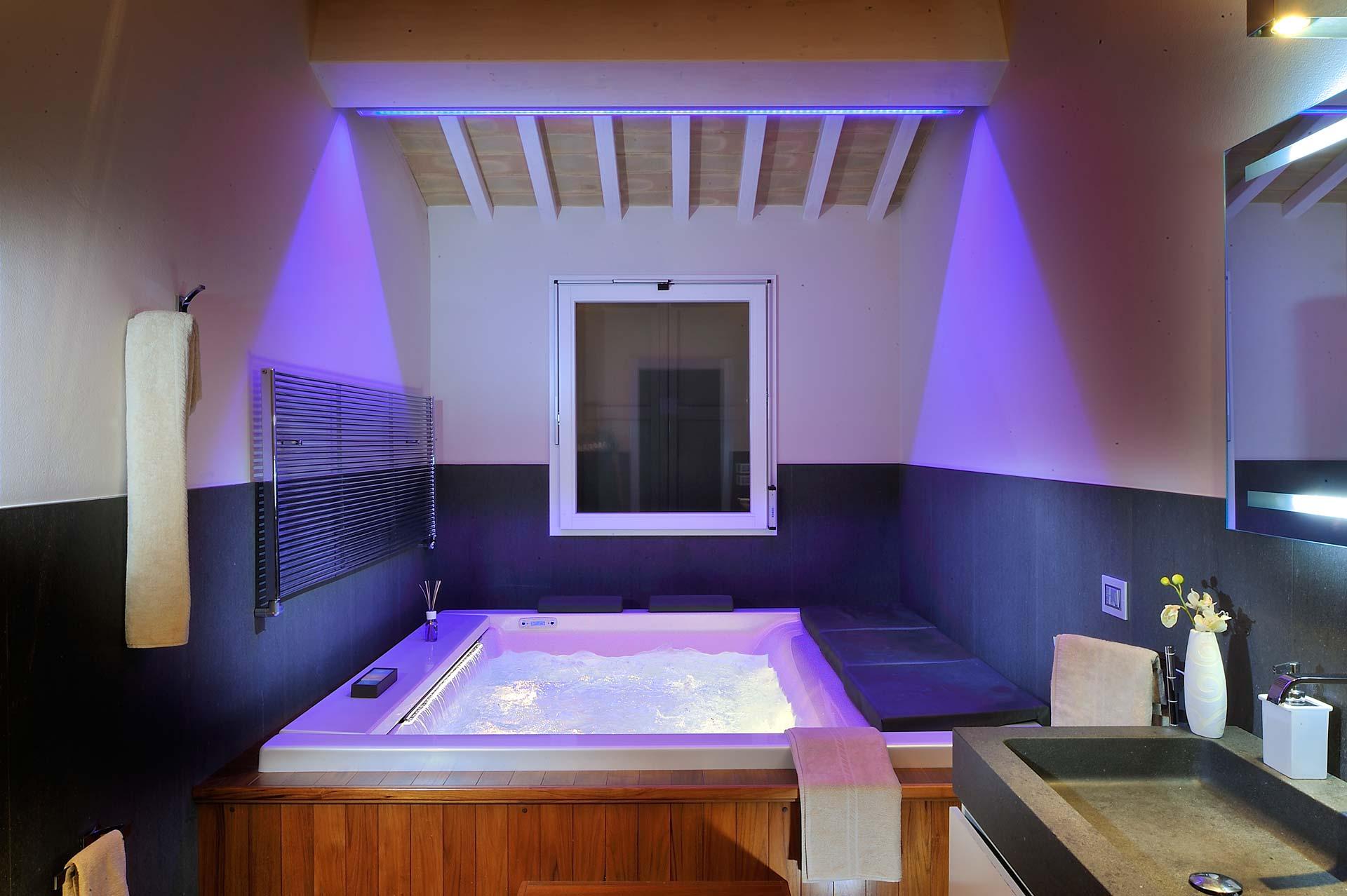 fotografia di interni bagno con piscina