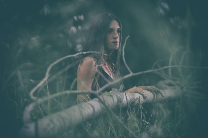 fotografia di moda e fashion, ragazza appoggiata sul tronco