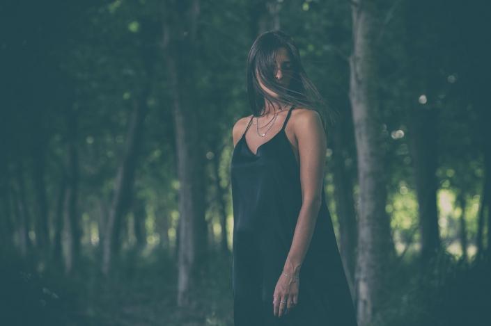 fotografia di moda e fashion, ritratto donna nel bosco