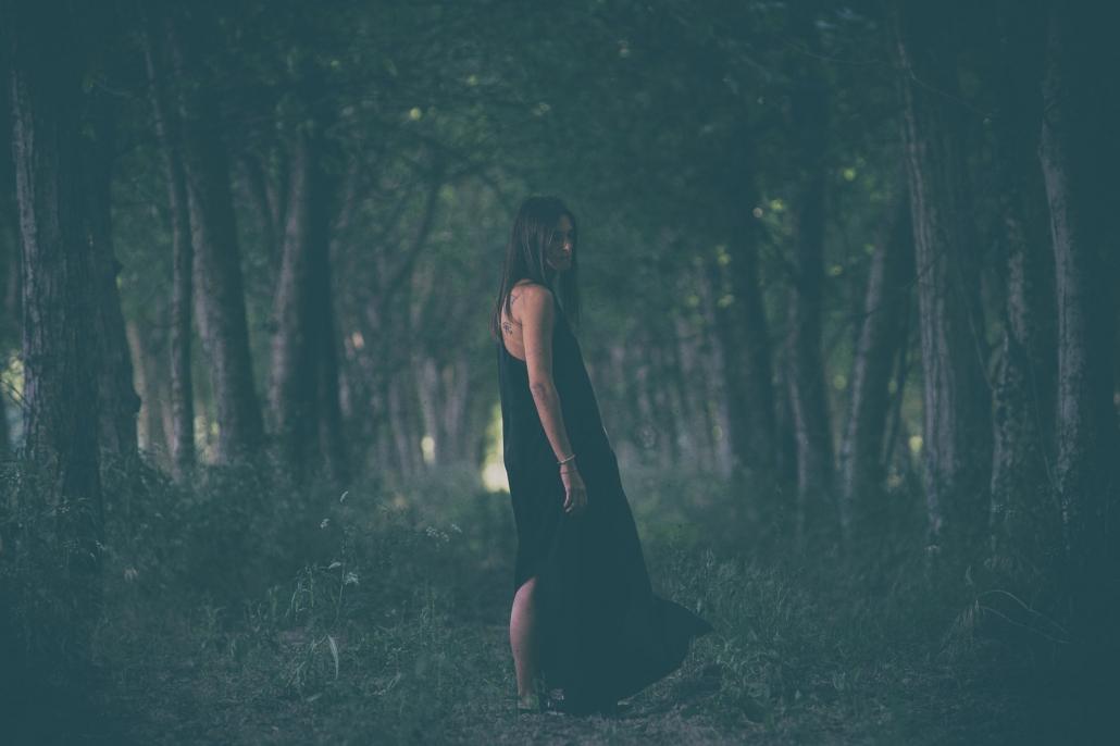fotografia di moda e fashion, ragazza nel bosco