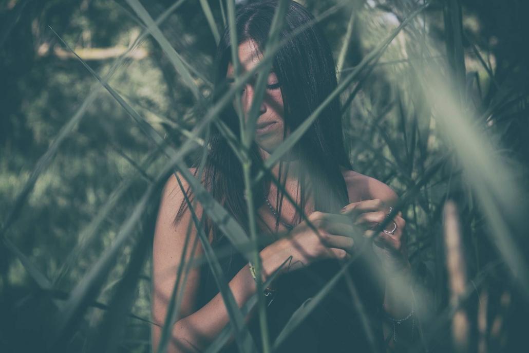 fotografia di moda e fashion, ragazza nell'erba alta