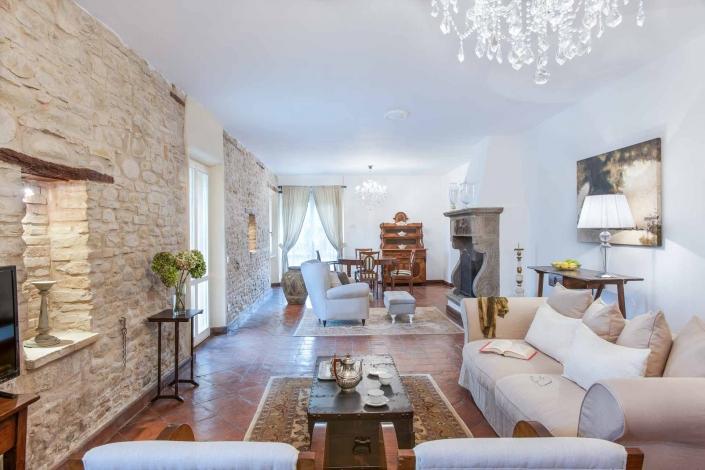 fotografia d'interni e servizio fotografico d'interni, salotto bianco con muri a vista