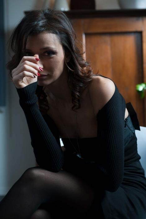 fotografia di moda e fashion, ragazza in nero con smalto rosso