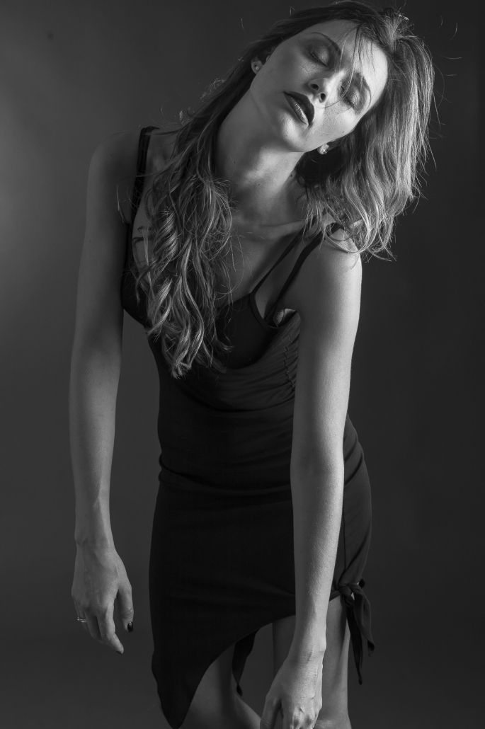 fotografia di moda e fashion, donna con abito nero