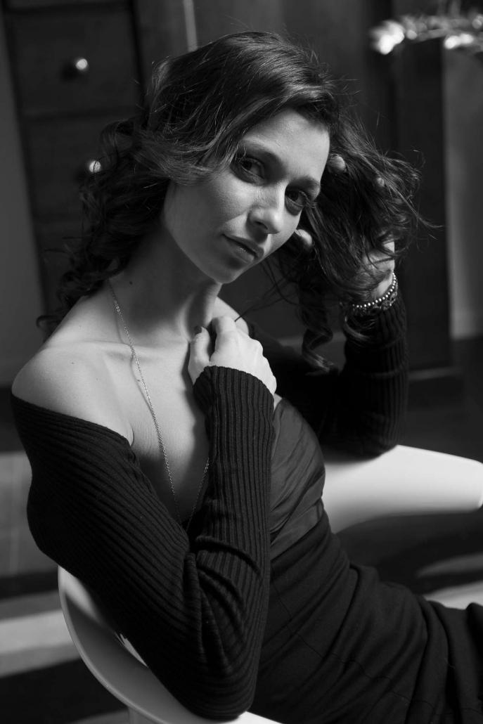 fotografia di moda e fashion, ritratto donna vestito nero