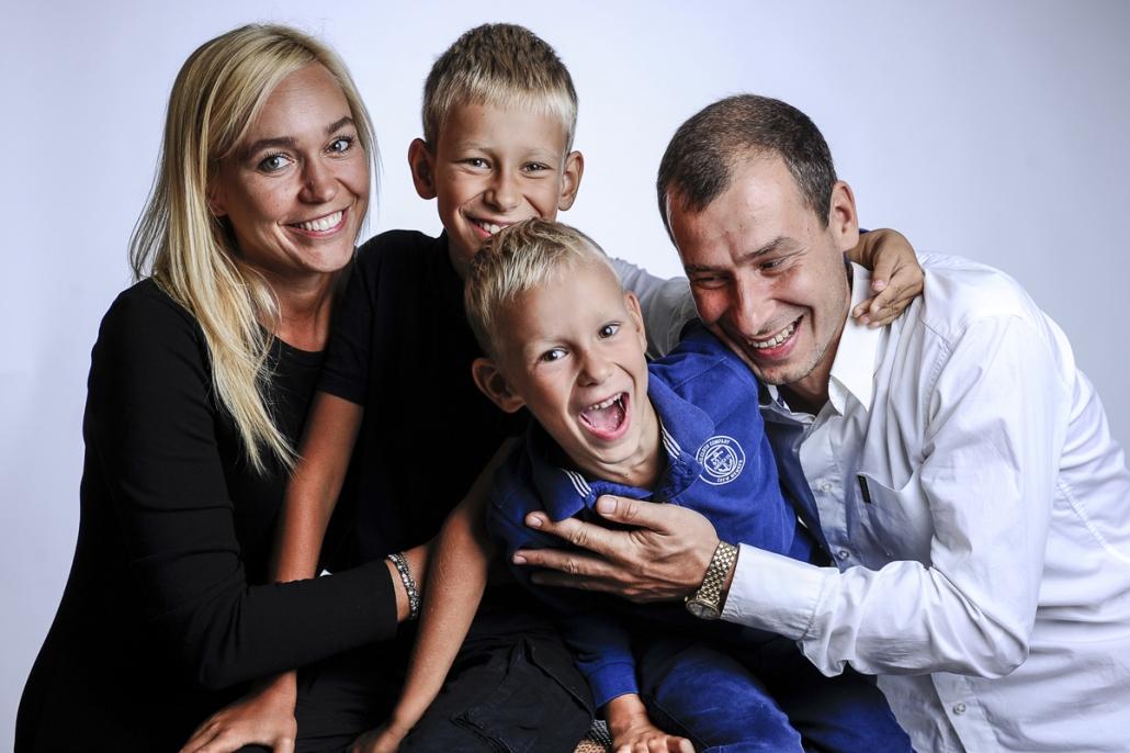 fotografo famiglia, mamma e papà che giocano con i figli