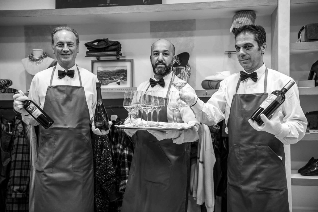 fotografia corporate e fotografia aziendale, camerieri con vino