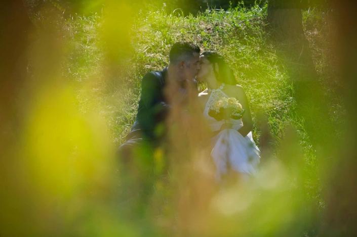 fotografo matrimonio italia, bacio tra le frasche