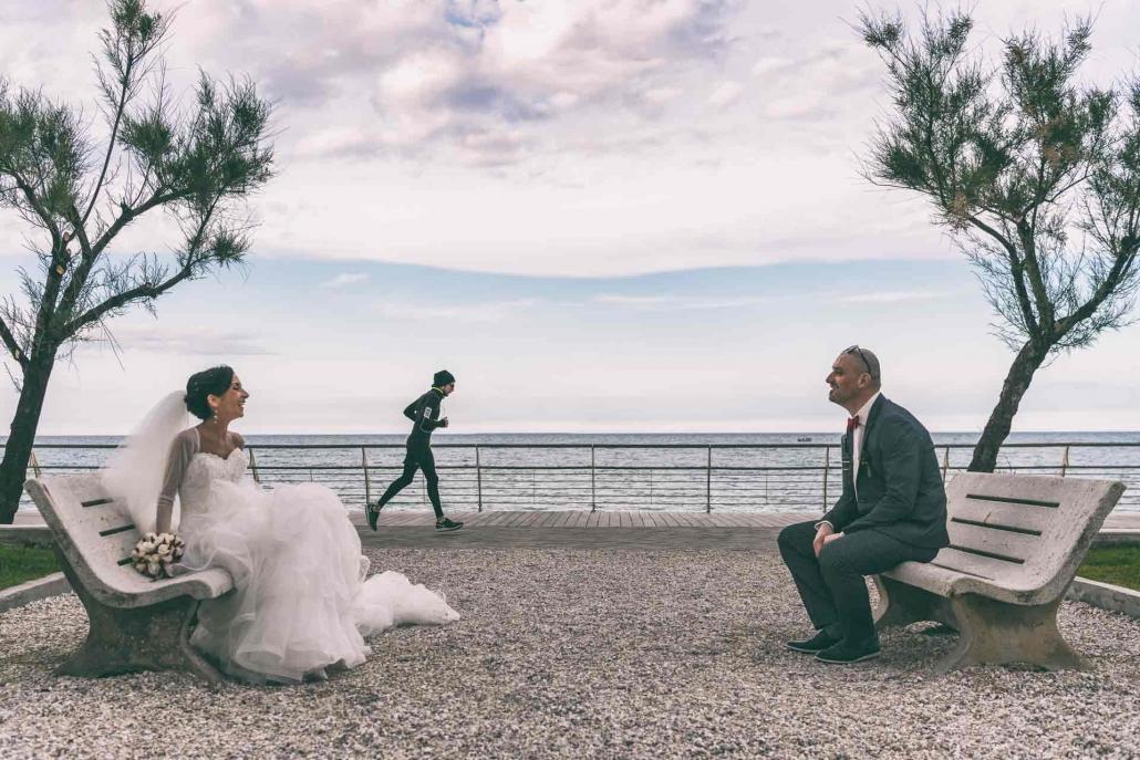 fotografo matrimonio italia, sposi al mare seduti panchina