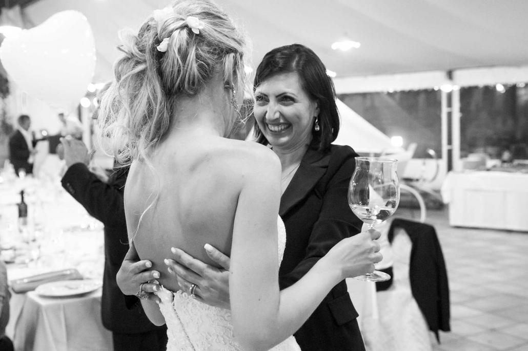 fotografo matrimonio italia, donna abbraccia la sposa