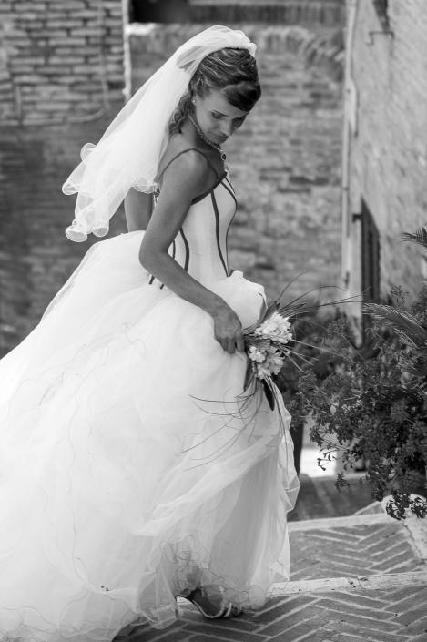 fotografo matrimonio italia, sposa cammina