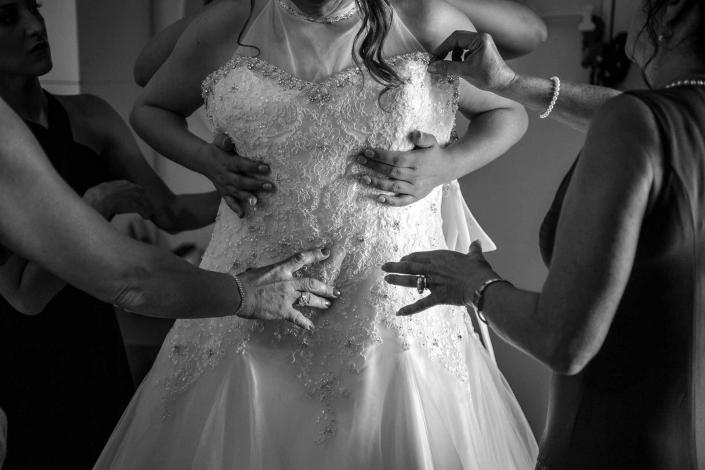 fotografo matrimonio italia, vestizione sposa