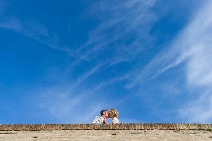 fotografo matrimonio italia, bacio nel cielo