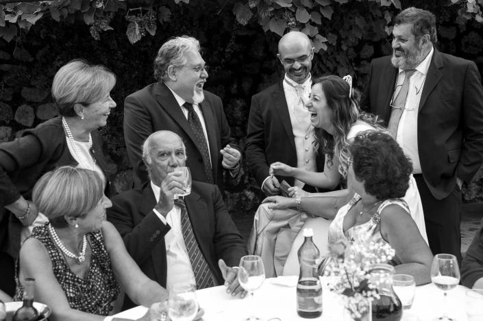 fotografo matrimonio italia, invitati ridono