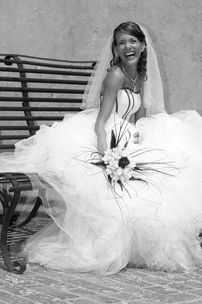 fotografo matrimonio italia, sposa ride sulla panchina