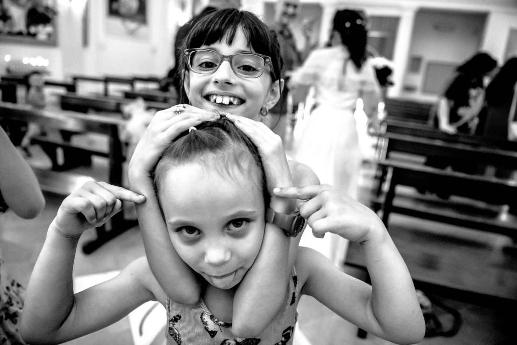 fotografo matrimonio italia, due bambine in chiesa