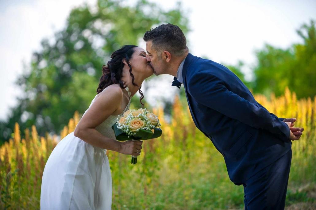 marco alessi fotografo, bacio degli sposi nella natura