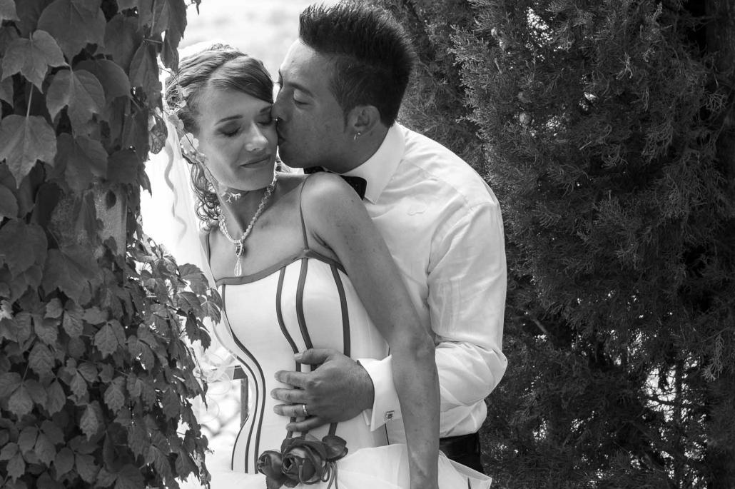 fotografo matrimonio italia, bacio in giardino