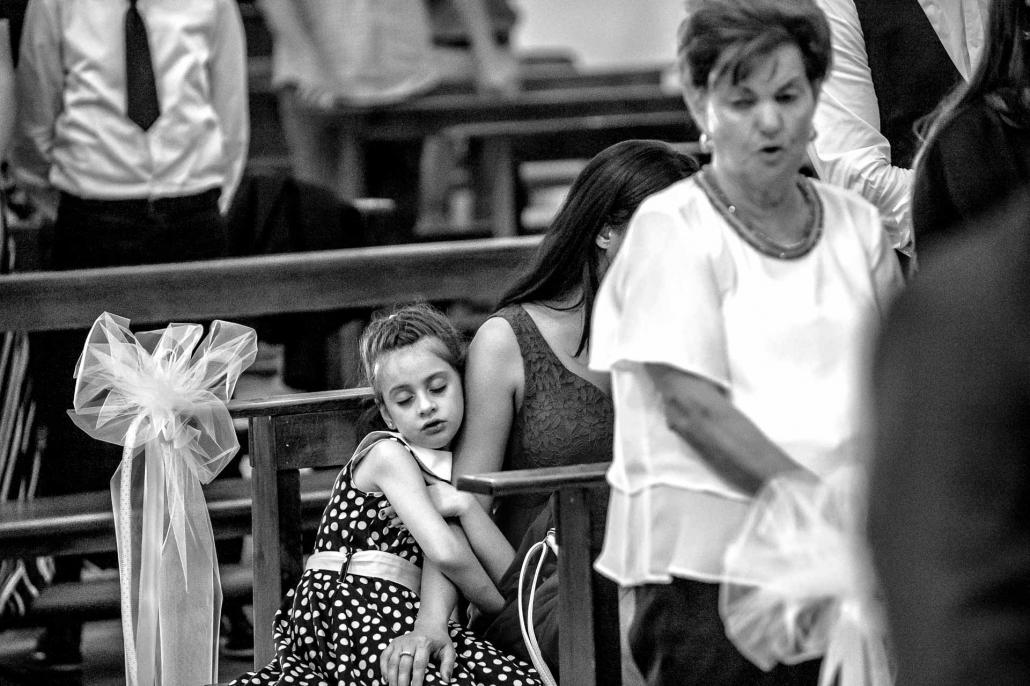 fotografo matrimonio italia, bambina dorme in chiesa