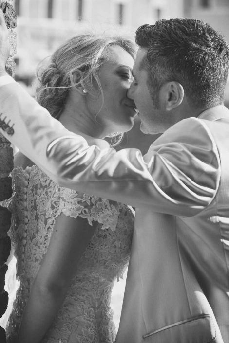 fotografo matrimonio italia, bacio sul muro