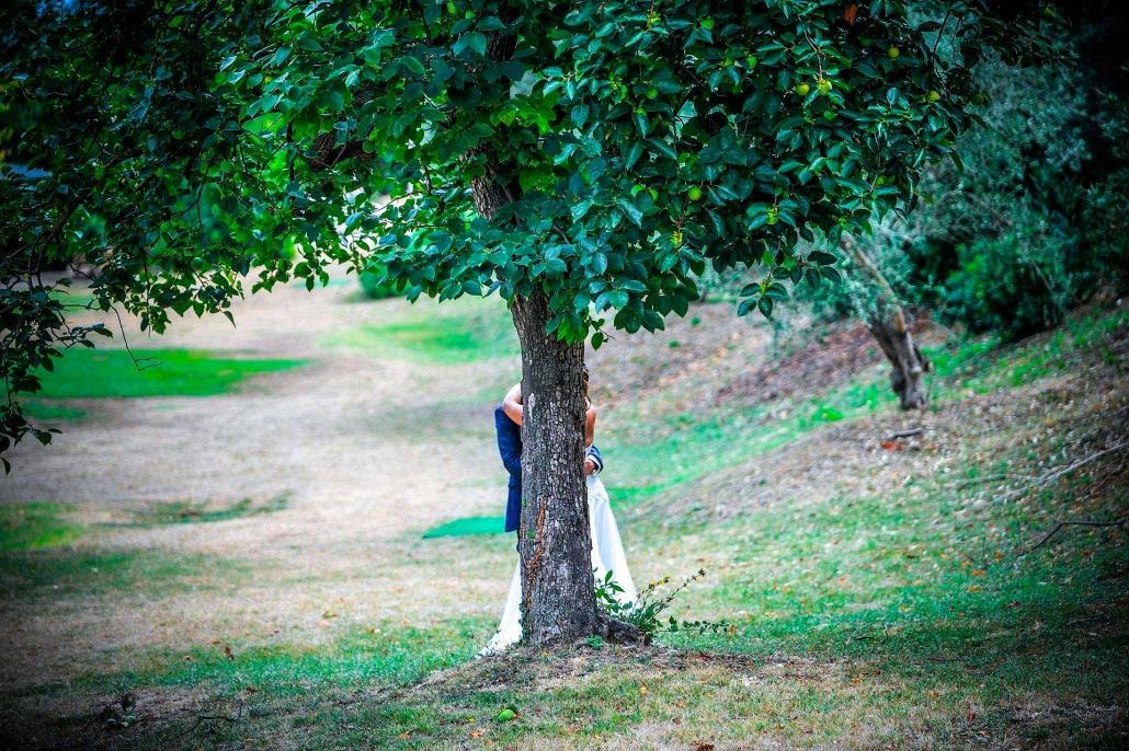 fotografo matrimonio italia, sposi dietro l'albero