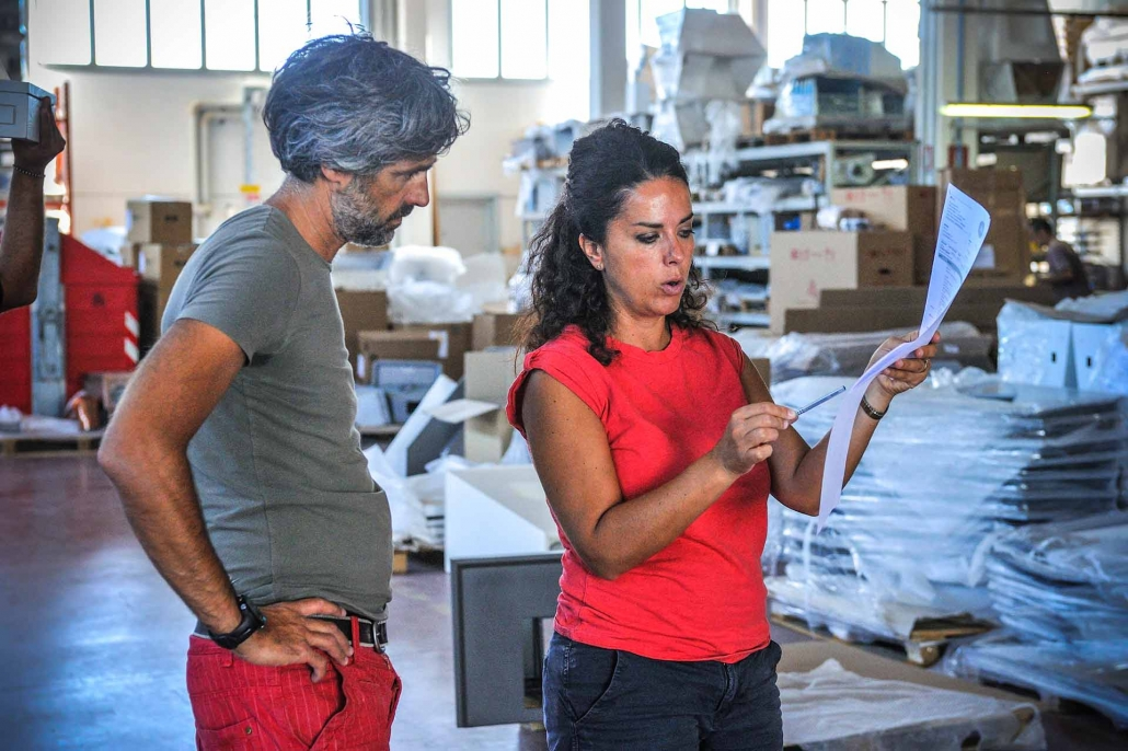 fotografia corporate e fotografia aziendale, uomo e donna controllano la produzione